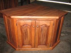 Mesa esquinera con puertas macizas para TV
