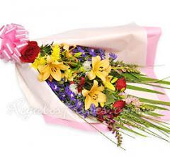 Ramo de rosas, lilium y flores de estación