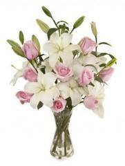 Ramo de flores de liliums blanco y rosas rosadas