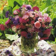 Florero con diversidad de  flores