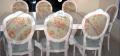 Sillas y mesas con diseños únicos